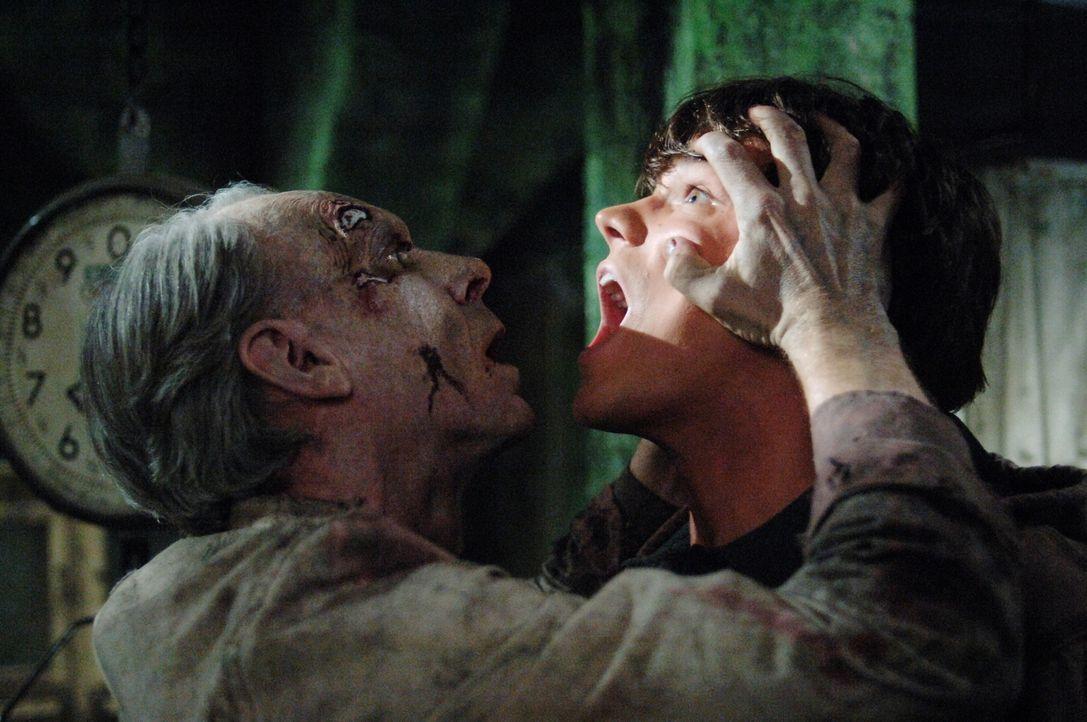 Sam (Jared Padalecki, r.) bekommt von Dr. Sanford Ellicott (Norman Armour, l.) eine Gehirnwäsche verpasst ... - Bildquelle: Warner Bros. Television