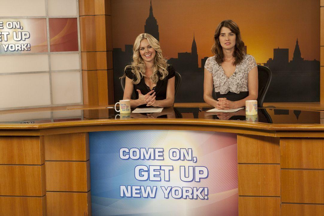 Robin (Cobie Smulders, r.) ist neidisch auf ihre Co-Moderatorin Becky (Laura Bell Bundy, l.). Diese geht ihr nämlich nicht nur auf die Nerven, nein... - Bildquelle: 20th Century Fox International Television
