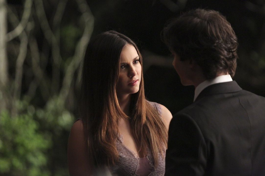 Als Damon (Ian Somerhalder, r.) erfährt, dass es eine Möglichkeit gibt, Elena (Nina Dobrev, l.) zu retten, steht er vor einer der schwersten Entsche... - Bildquelle: Warner Bros. Entertainment, Inc