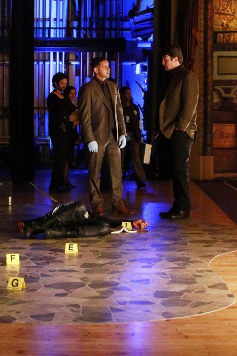 Nachdem ein Schauspieler ermordet wurde, finden Castle (Nathan Fillion, l.) und Detective Esposito (Jon Huertas, r.) heraus, dass der Star wohl mehr... - Bildquelle: Mitch Haaseth 2016 American Broadcasting Companies, Inc. All rights reserved.