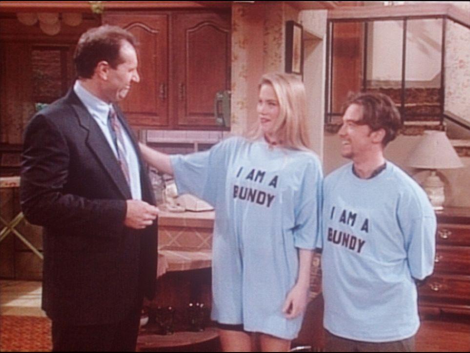 Kelly (Christina Applegate, M.) und Bud (David Faustino, r.) tragen stolz ihren Namen zur Schau, denn ihr Vater (Ed O'Neill, l.) wird als Held gefei... - Bildquelle: Columbia Pictures