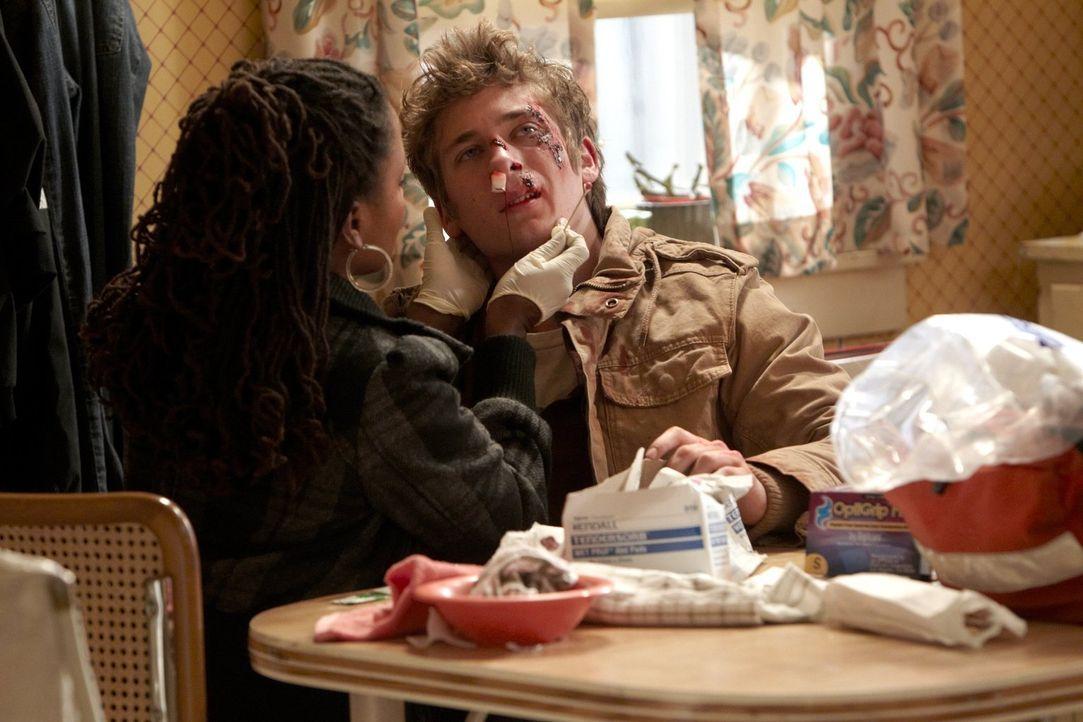 Der schwule Ian wollte nicht mit einem Mädchen schlafen, weshalb sein Bruder Lip (Jeremy Allen White, r.) zusammengeschlagen wird. Veronica (Shanola... - Bildquelle: 2010 Warner Brothers