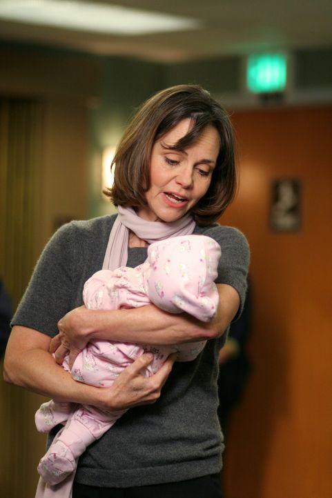 Kümmert sich nicht nur um  ihren Enkelsohn: Maggie (Sally Field) ... - Bildquelle: Warner Bros. Television