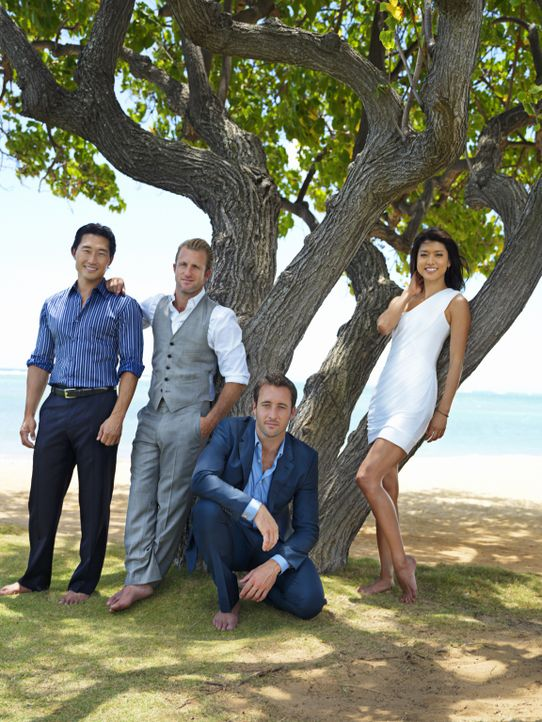 (2. Staffel) - Im Kampf gegen das Böse: Steve McGarrett (Alex O'Loughlin, 2.v.r.), Danny Williams (Scott Caan, 2.v.l.), Chin Ho Kelly (Daniel Dae Ki... - Bildquelle: TM &   CBS Studios Inc. All Rights Reserved.