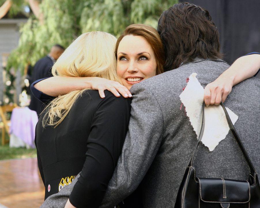 Zwar hegt Christine (Julie Ann Emery, M.) noch Hass gegenüber dem Verlobungspaar Hannah (Laura Prepon, l.) und Ray (Warren Christie, r.), aber sie v... - Bildquelle: ABC Studios