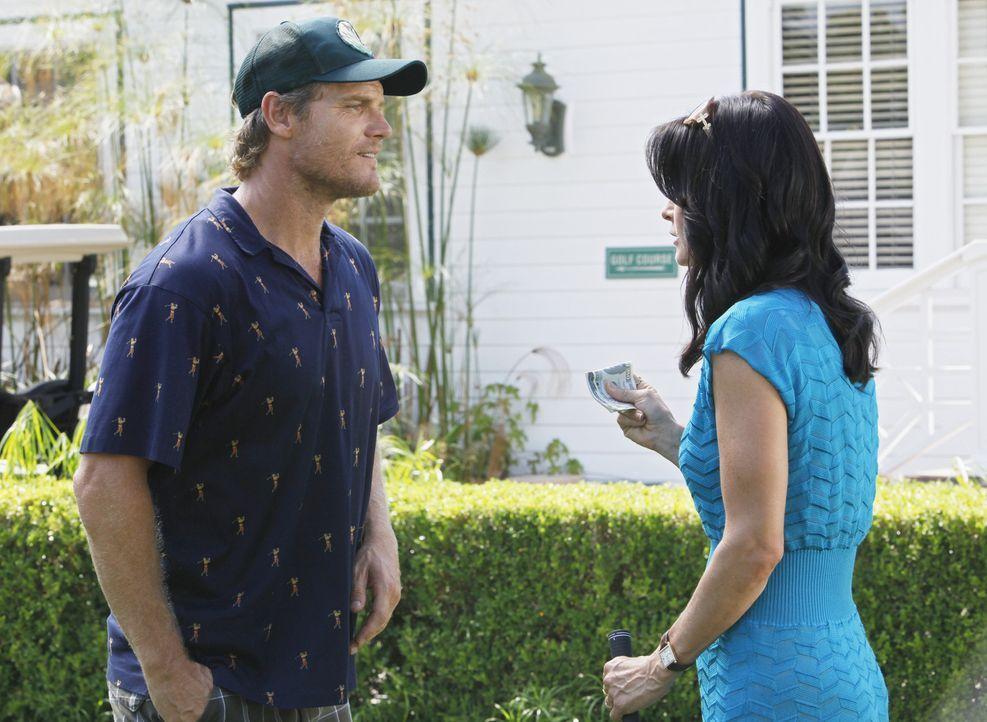 Während Bobby (Brian Van Holt, l.) versucht, an Geld zukommen, spielt Jules (Courteney Cox, r.) mit dem Gedanken, sich von Josh zu trennen ... - Bildquelle: 2009 ABC INC.
