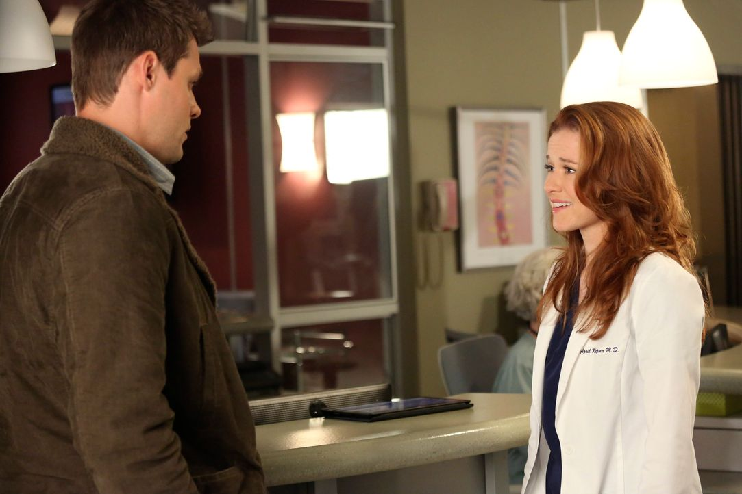 In seiner Euphorie beendet Matthew (Justin Bruening, l.) seine Beziehung mit April (Sarah Drew, r.). Nachdem er sich beruhigt hat, sucht er nun ein... - Bildquelle: ABC Studios