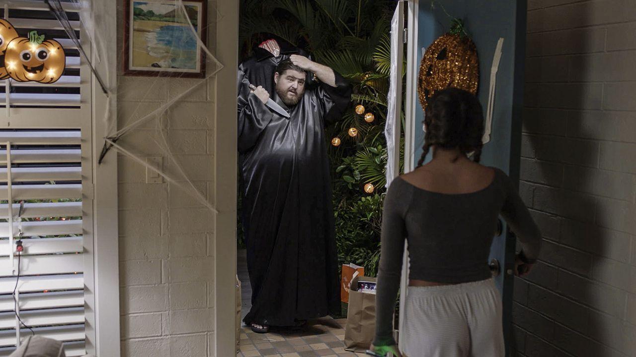 Grace (Teilor Grubbs, r.) ist sauer, als ihr Vater ihr den nervigen Babysitter Jerry (Jorge Garcia, l.) zu Halloween organisiert und sie nicht das H... - Bildquelle: Norman Shapiro 2016 CBS Broadcasting, Inc. All Rights Reserved