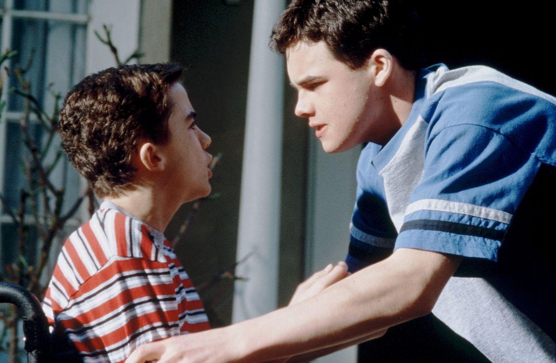 Seth (Patrick Levis, r.) kann den Ehrgeiz seines behinderten Bruders Justin (Frankie Muniz, l.) durchaus verstehen ... - Bildquelle: Disney