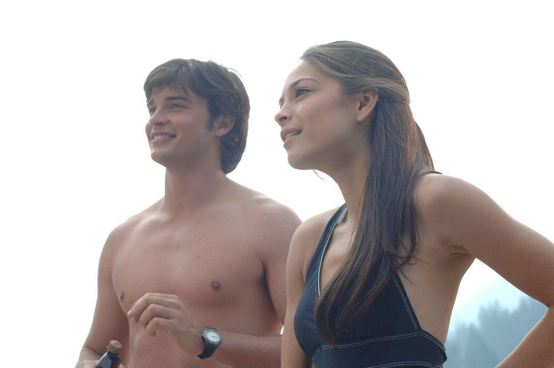 Noch haben Clark (Tom Welling, l.) und Lana (Kristin Kreuk, r.) Spaß auf der Strandparty. Was gleich passieren wird, überrascht beide ... - Bildquelle: Warner Bros.