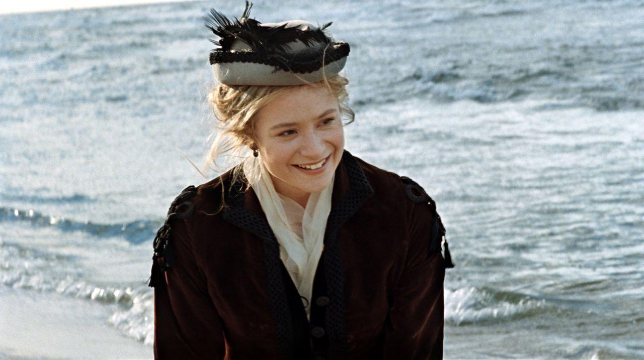 Sobald Effi von Briest (Julia Jentsch) in der Nähe von Major Crampas ist, fühlt sie sich wieder wie ein Mensch. Ihr Ehemann schenkt ihr keine Beacht... - Bildquelle: Constantin Film