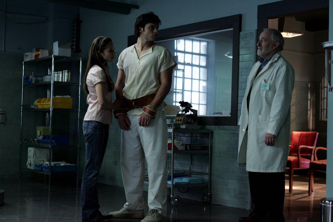 Trotz mehrerer Leute, die ihm das Gleiche sagen, will Clark (Tom Welling, M.) ihnen nicht glauben. Lana (Kristin Kreuk, l.) und Dr. Hudson (Matthew... - Bildquelle: Warner Bros.