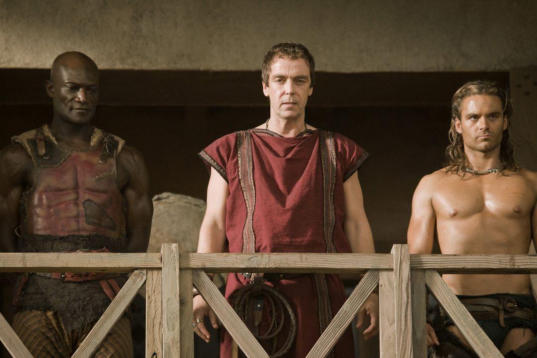Batiatus (John Hannah, M.) ist sich sicher, dass Drago (Peter Mensah, l.) und Gannicus (Dustin Clare, r.) dem Ludus große Ehre bringen werden ... - Bildquelle: 2010 Starz Entertainment, LLC