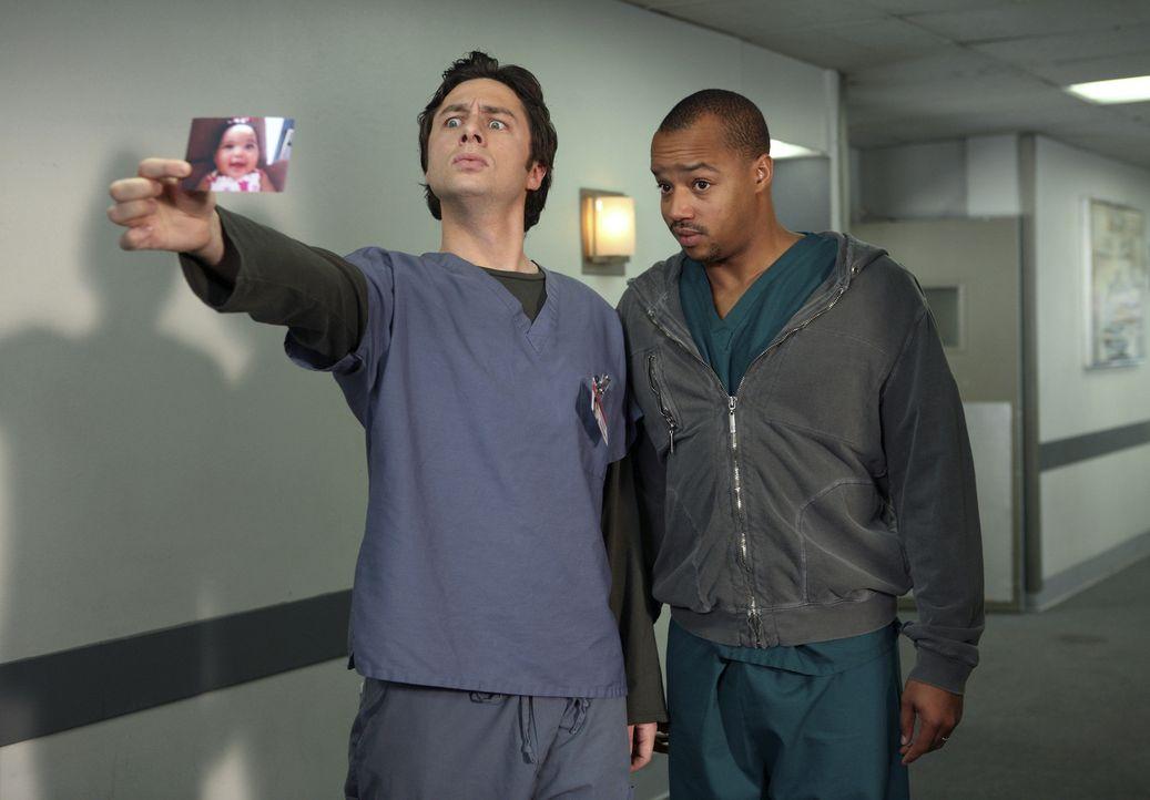 Während J.D. (Zach Braff, l.) um die Aufmerksamkeit von Elliott kämpft, ist Turk (Donald Faison, r.) sauer, da ihm Dr. Cox nicht genügend Beachtung... - Bildquelle: Touchstone Television