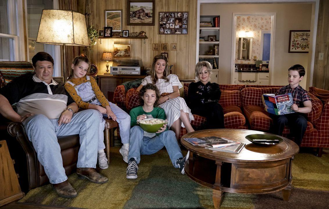 (v.l.n.r.) George (Lance Barber); Missy (Raegan Revord); Georgie (Montana Jordan); Mary (Zoe Perry); Meemaw (Annie Potts); Sheldon (Iain Armitage) - Bildquelle: Warner Bros.
