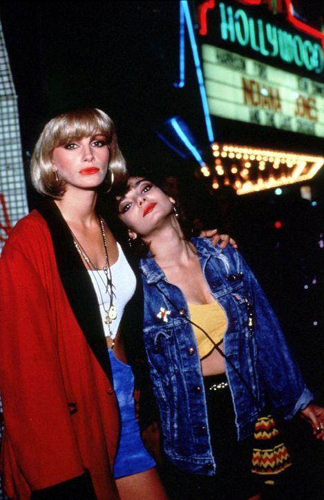 Vivian (Julia Roberts, l.) und ihre Freundin Kit (Laura San Giacomo, r.) verdienen ihr Geld auf dem Straßenstrich und träumen von einem besseren L... - Bildquelle: Touchstone Pictures. All Rights Reserved.