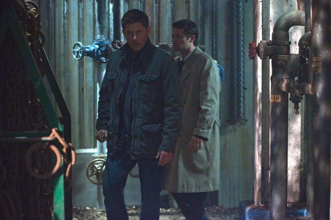 Nachdem Cas (Misha Collins, r.) auf mysteriöse Weise aus dem Fegefeuer entkommen ist, stellt Dean (Jensen Ackles, l.) eine entscheidende Frage: Wer... - Bildquelle: Warner Bros. Television