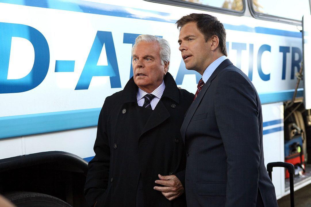 Arbeiten zusammen an der Aufklärung eines neuen Falles: Tony (Michael Weatherly, r.) und sein Vater Tony Senior (Robert Wagner, l.) ... - Bildquelle: CBS Television