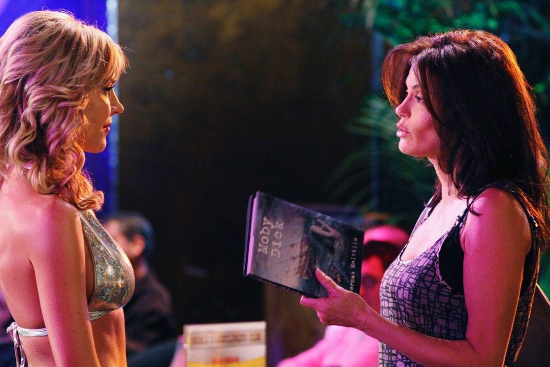 Während Susan (Teri Hatcher, r.) Bekanntschaft mit einer Stripperin (Julie Benz, l.) macht, wetteifern Angie und Gabrielle um ihre Erziehungsmethode... - Bildquelle: ABC Studios