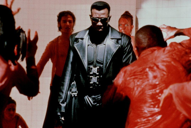 Mit Silberschwert, Knoblauchinjektionen und Herzpflöcken bewaffnet, stellt sich Blade (Wesley Snipes, M.) der Übermacht der Untoten ... - Bildquelle: New Line Cinema
