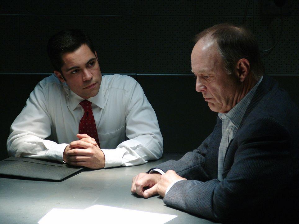 Det. Scott Valens (Danny Pino, l.) verhört Bud (Harry Johnson, r.). - Bildquelle: Warner Bros. Television