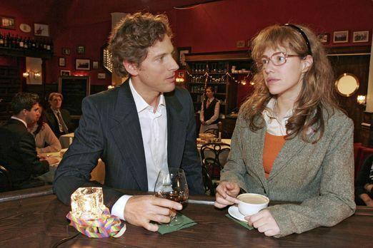 Verliebt in Berlin - Lisa (Alexandra Neldel, r.) entschuldigt sich bei Lars (...