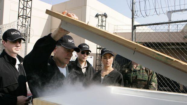 Ein neuer Fall wartet auf das NCIS Team: Gibbs (Mark Harmon, 2.v.l.), McGee (...
