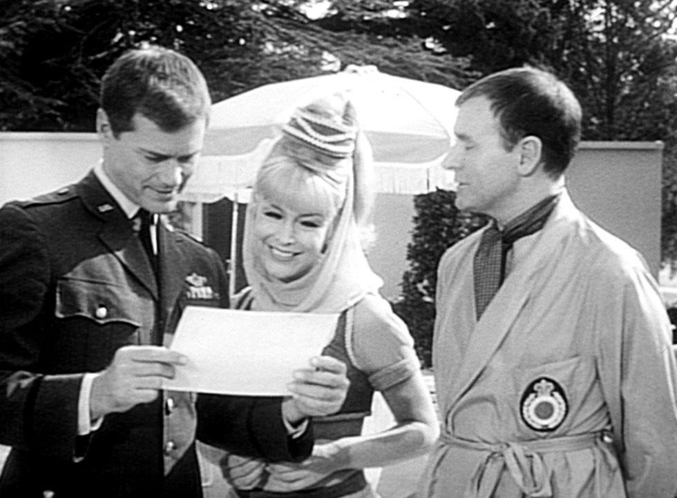 Roger (Bill Daily, r.) hat sich in Besitz von Jeannies Flasche und damit von Jeannie (Barbara Eden) gebracht. Sein Freund Tony (Larry Hagman, l.) ha... - Bildquelle: Columbia Pictures