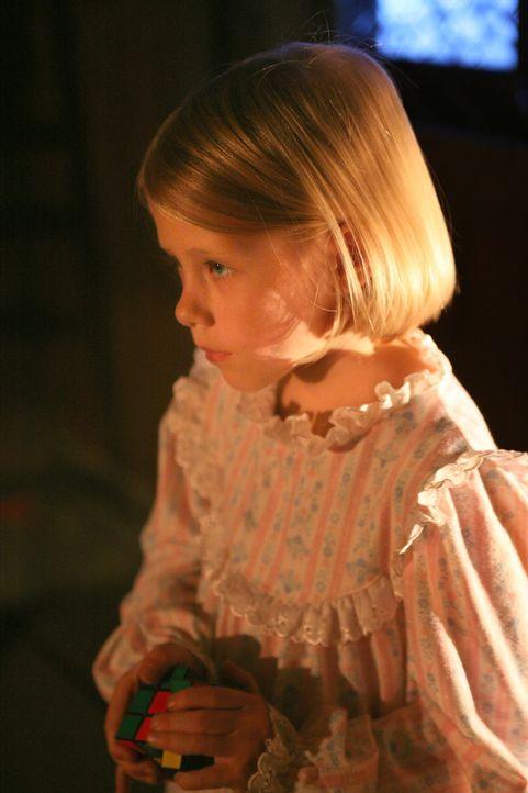 Als junges Mädchen wurde die Reporterin Beth (Bryn und Amayla Early) entführt. Ein Unbekannten konnte sie aus der Hand der Entführer befreien. Sie a... - Bildquelle: Warner Brothers