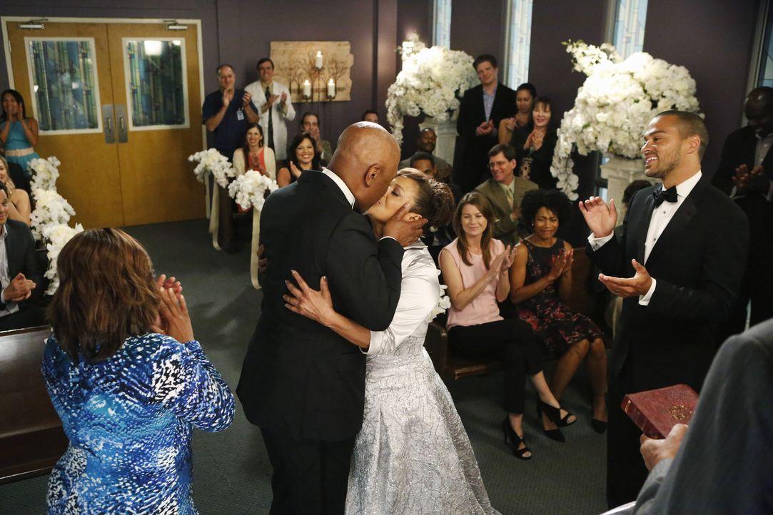Geben sich im Beisein ihrer Trauzeugen Miranda (Chandra Wilson, vorne l.) und Jackson (Jesse Williams, vorne r.), Kollegen und Freunden das Ja-Wort:... - Bildquelle: ABC Studios