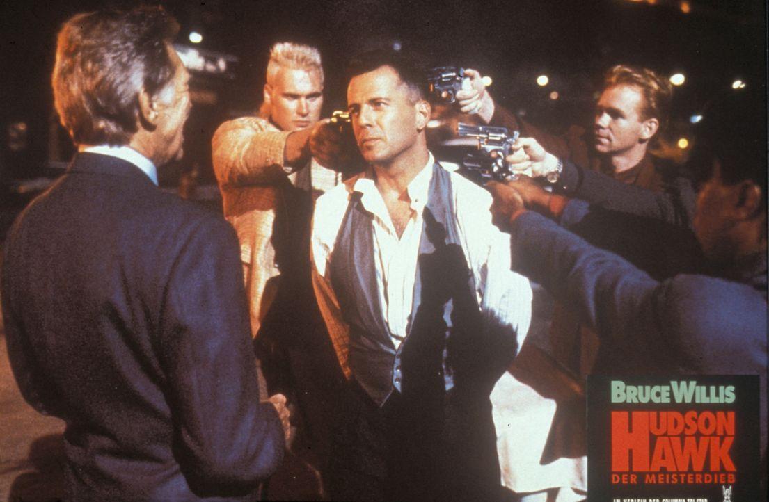 Um seinen Freund Tommy (Danny Aiello, l.) zu schützen, begibt sich Meisterdieb Hudson Hawk (Bruce Willis, M.) auf Diebestour. Schon bald hat er die... - Bildquelle: Columbia TriStar