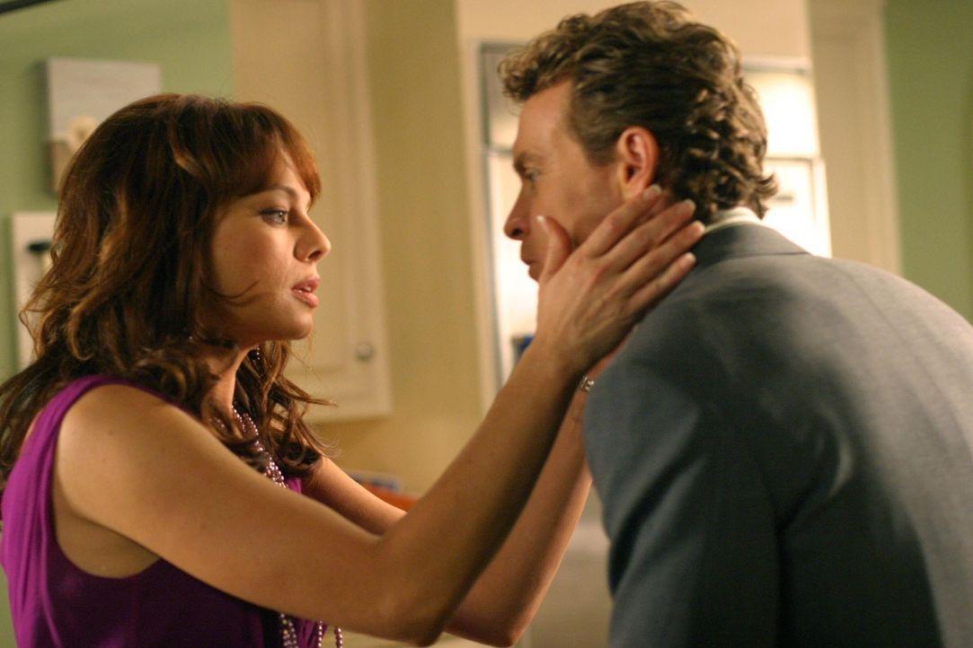 Jimmy (Tate Donovan, r.) und Julie (Melinda Clarke, l.) kommen sich näher, versuchen aber, ihre beginnende Beziehung geheim zu halten ... - Bildquelle: Warner Bros. Television