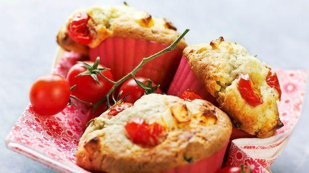 Leckere Tomatenmuffins mit Zwiebeln und Basilikum