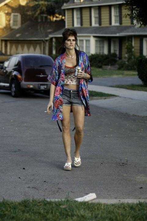 Sie verbreitet Schrecken in der Nachbarschaft - und das nicht nur wegen ihres trashigen Outfits: Rita (Brooke Shields) ... - Bildquelle: Warner Brothers