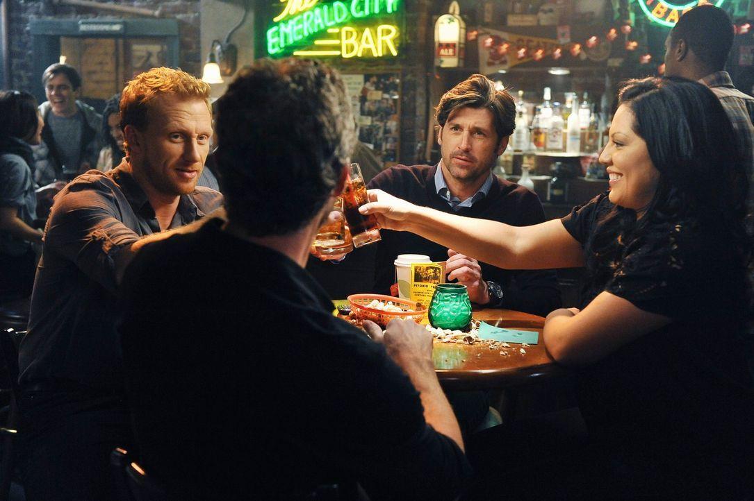 Feiern, eine erfolgreiche Operation: Mark (Eric Dane, 2.v.l.), Callie (Sara Ramirez, r.), Derek (Patrick Dempsey, 2.v.r.) und Owen (Kevin McKidd, l.... - Bildquelle: ABC Studios