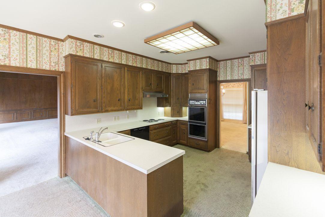 Nicht nur der Teppichboden in der Küche stört Joanna auf den ersten Blick, auch die Anordnung der Elemente möchte sie verändern, um mit einem Durchb... - Bildquelle: 2017, Scripps Networks, LLC. All Rights Reserved.