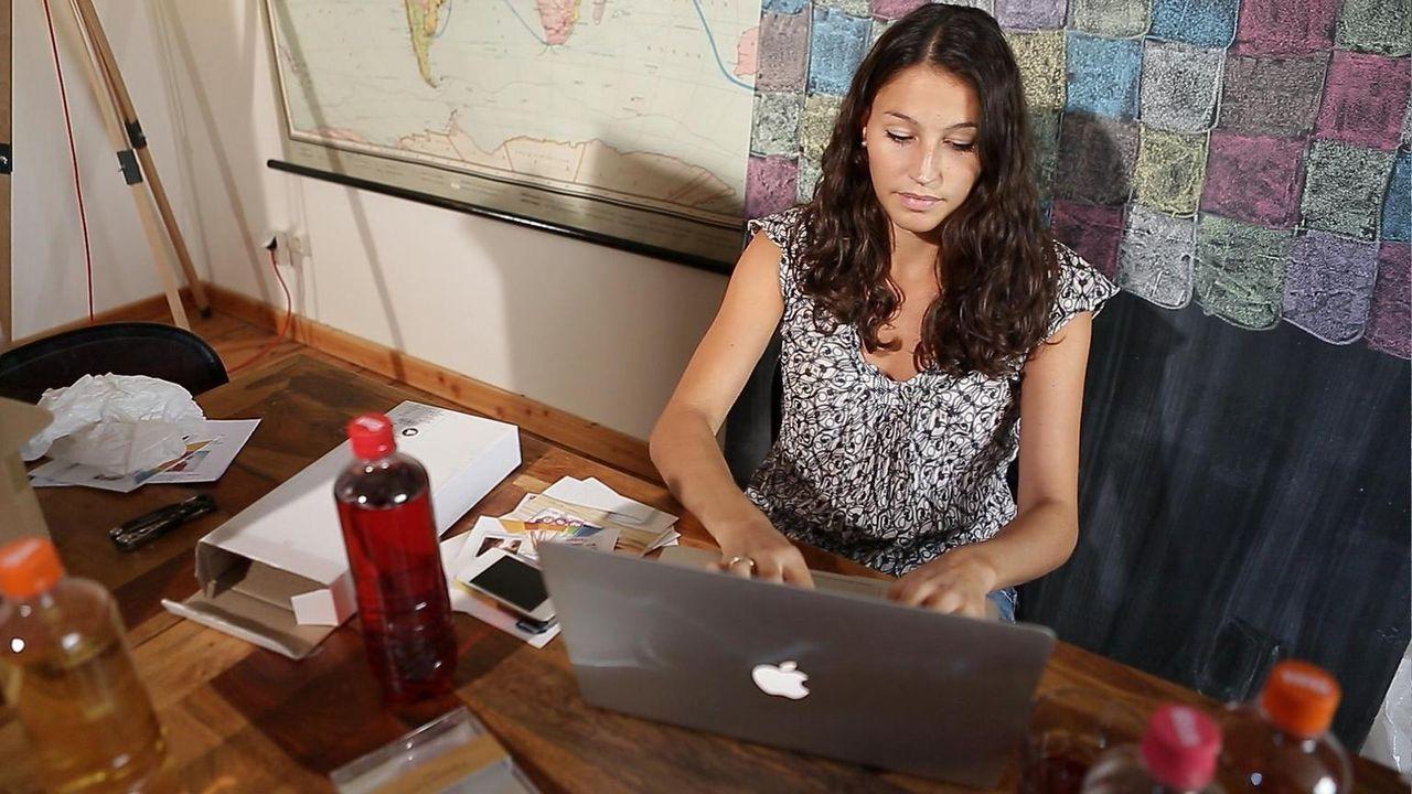 Reporterin Alexandra Wahl versucht sich als Produkttesterin, die bestellte Artikel bewerten soll, die sie danach behalten darf. Außerdem besucht sie... - Bildquelle: Sat.1 Gold
