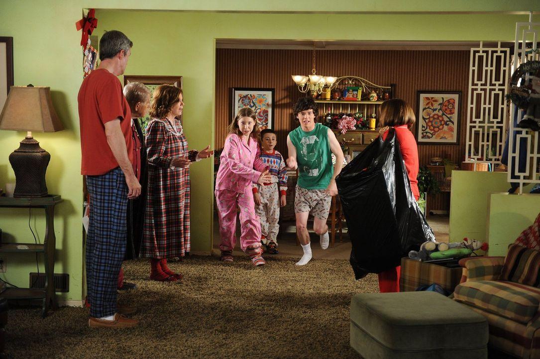 Frankies (Patricia Heaton, r.) Eltern Tag (Jerry Van Dyke, 2.v.l.) und Pat (Marsha Mason, 3.v.l.) quartieren sich für die zwölf Tage vor Weihnachten... - Bildquelle: Warner Brothers