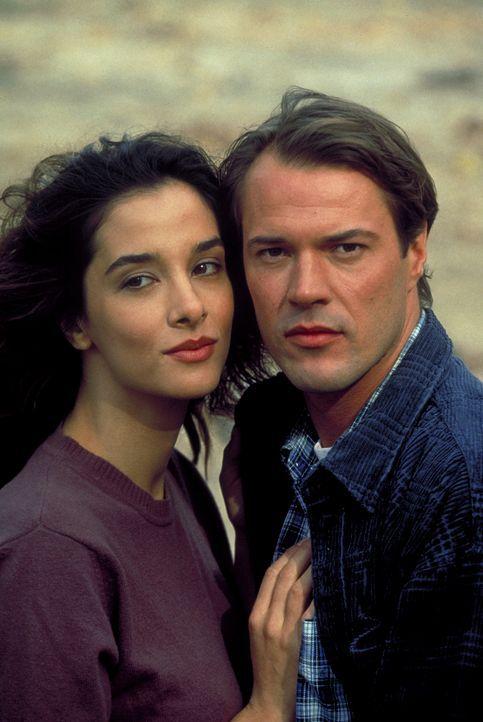 Nach dem Tod ihres Onkels Max sucht Marie (Daniela Lunkewitz, l.) Trost bei ihrem Freund Kurt (Sebastian Koch, r.) ... - Bildquelle: Columbia Pictures