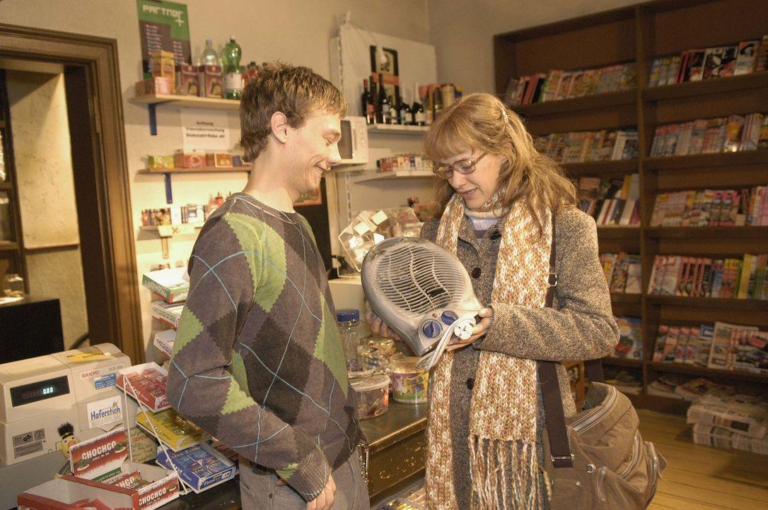 Von ihrem Jugendfreund Jürgen Decker (Oliver Bokern, l.), der einen kleinen Kiosk besitzt, bekommt Lisa (Alexandra Neldel, r.) einen Heizlüfter f - Bildquelle: Sat.1