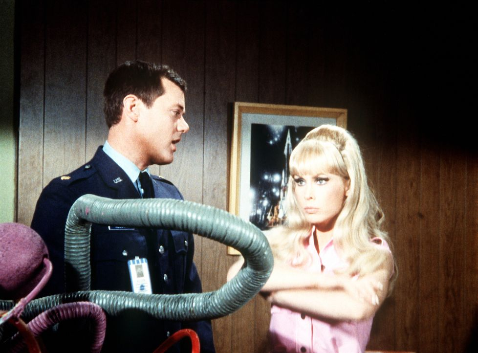 Tony (Larry Hagman, l.) beschwört Jeannie (Barbara Eden, r.), sich zusammenzureißen, auch wenn ihr das Hochzeitsgeschenk der Bellows nicht gefällt. - Bildquelle: Columbia Pictures