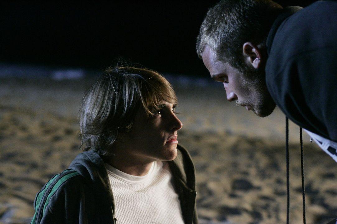 Volchock (Cam Gigandet, r.) versucht Johnny (Ryan Donowho, l.) einzuschüchtern, doch wird es ihm gelingen? - Bildquelle: Warner Bros. Television