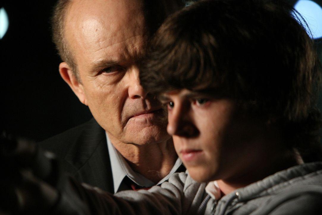 Agent Coopers (Kurtwood Smith, l.) Geist taucht plötzlich auf und bietet Allison in einem Fall, seine Hilfe an. Doch was hat Brandon Whitman (Charli... - Bildquelle: Paramount Network Television