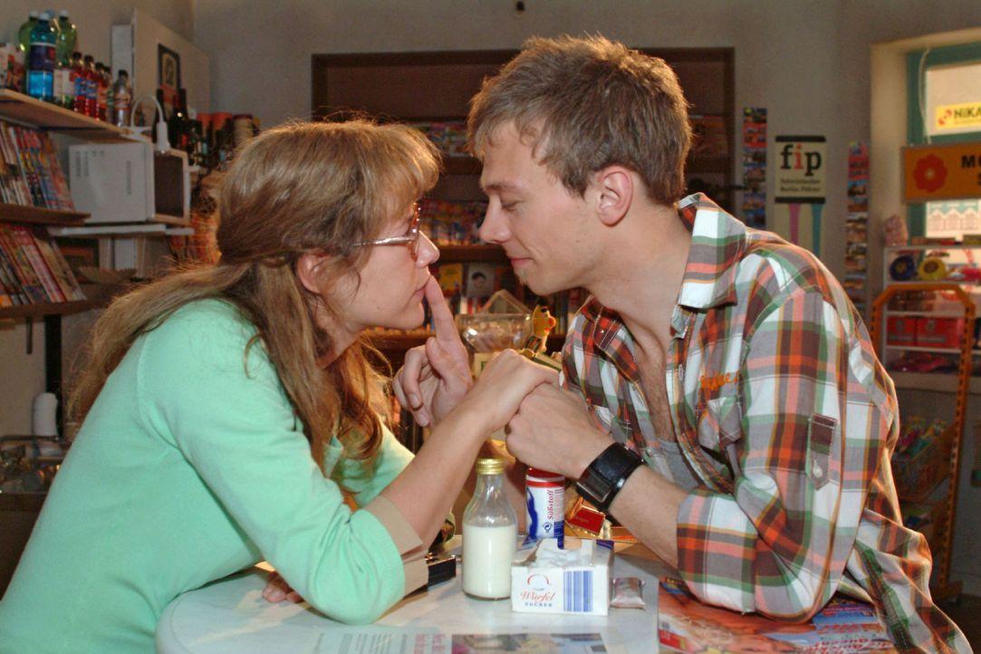 Aus Spaß wird Ernst: Bei einem Rollenspiel kommen sich Lisa (Alexandra Neldel, l.) und Jürgen (Oliver Bokern, r.) ungewohnt nahe ... (Dieses Foto... - Bildquelle: Sat.1