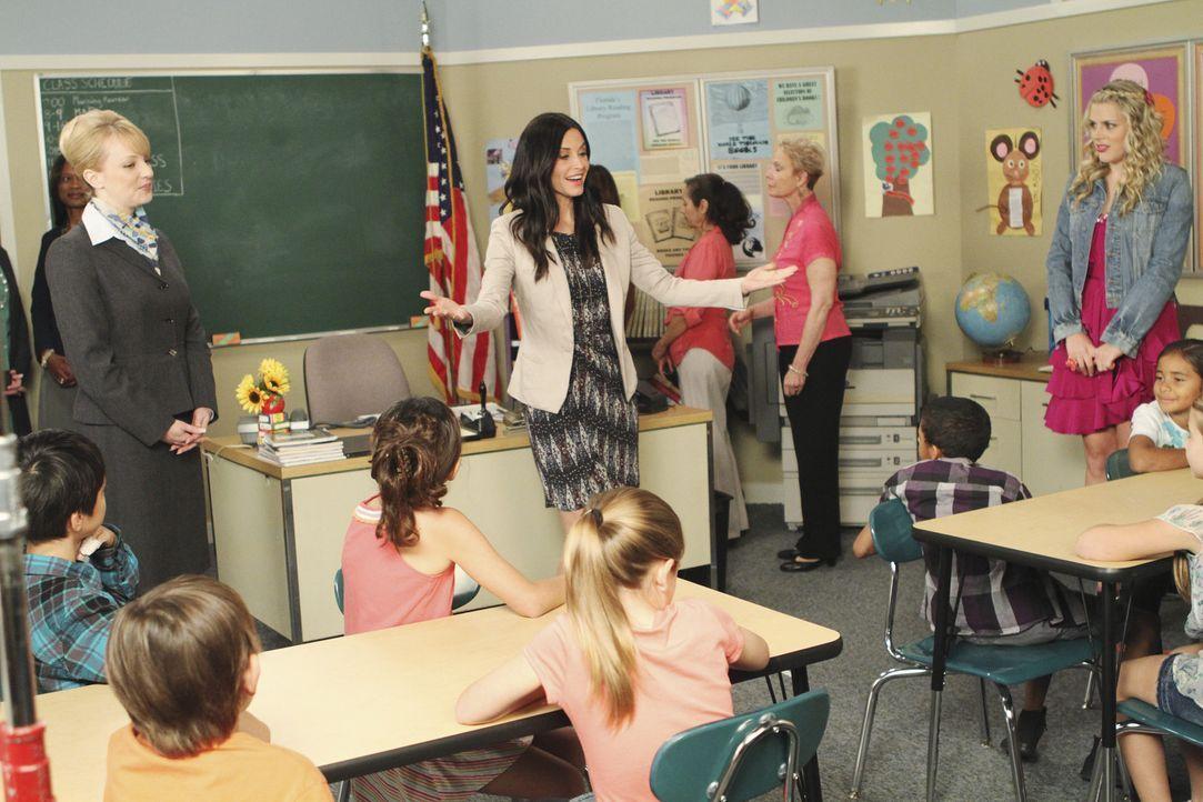 Jules (Courteney Cox, M.) möchte ehrenamtliche Arbeit leisten und geht mit Laurie (Busy Philipps, r.) in eine Schule. Dort will sie mit den Kindern... - Bildquelle: 2010 ABC INC.