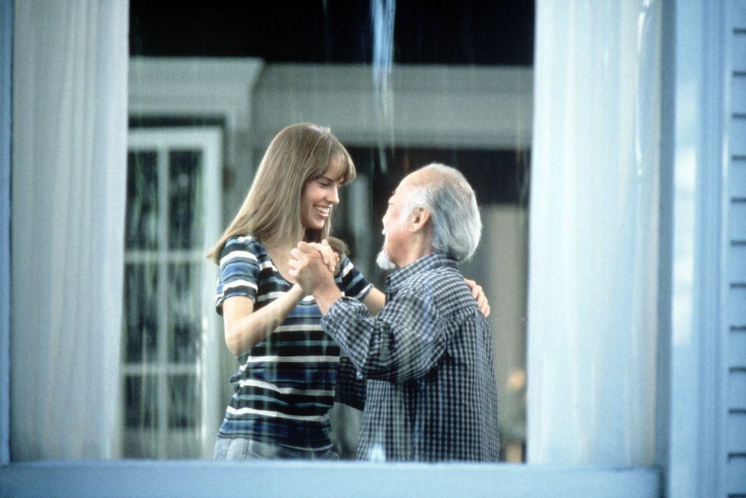"""Die unablässigen Versuche des klugen Karatelehrers Mr. Miyagi (Noriyuki """"Pat"""" Morita, r.), Julie (Hilary Swank, l.) aufzuheitern und ihr die Freude... - Bildquelle: Columbia Pictures"""