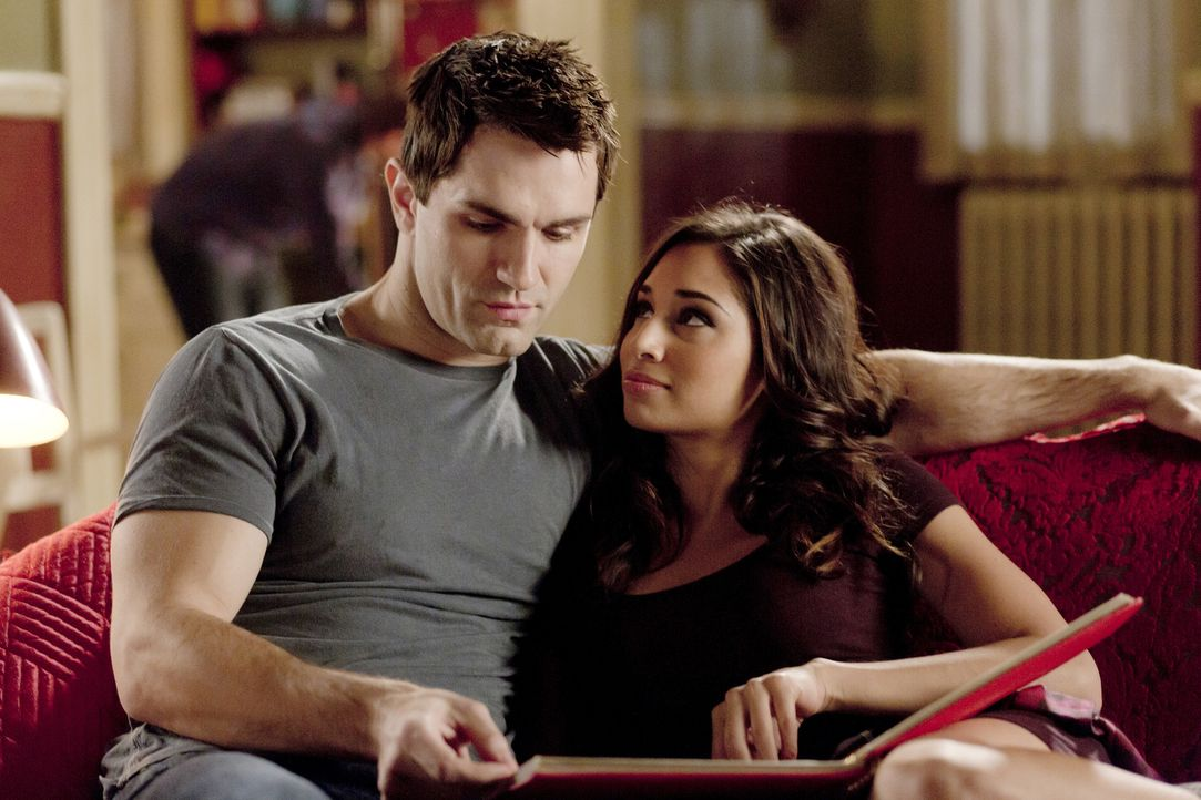 In der neuen Zukunft verstehen sich Aidan (Sam Witwer, l.) und Sally (Meaghan Rath, r.) ganz besonders gut ... - Bildquelle: Philippe Bosse 2014 B.H. 4 Productions (Muse) Inc. ALL RIGHTS RESERVED.