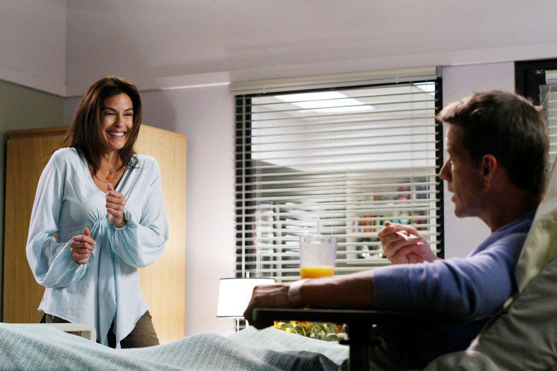 Susan (Teri Hatcher, l.) will Mike's (James Denton, r.) Gedächtnis auf die Sprünge helfen und muss dabei mit Schrecken erkennen, dass Edie ihrem Fre... - Bildquelle: 2005 Touchstone Television  All Rights Reserved