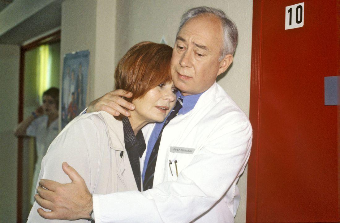 Professor Günther (Klaus Mikoleit, r.) wird von seinen Gefühlen übermannt und nimmt Sybille Loos (Johanna Liebenheimer, l.) in den Arm, die endli... - Bildquelle: Noreen Flynn Sat.1