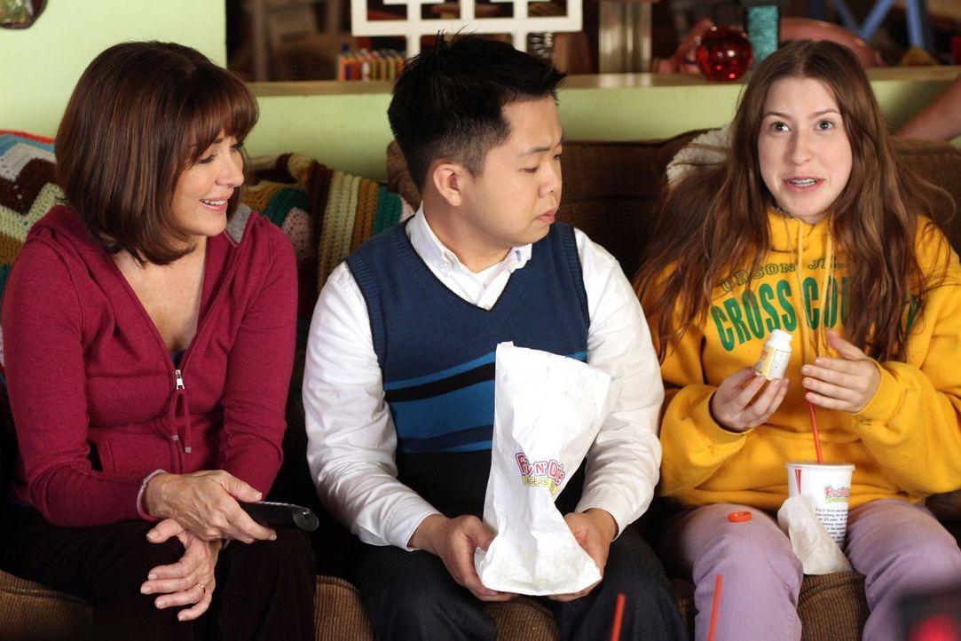 Nehmen den japanischen Austauschstudenten Takayuki (Matthew Moy, M.) bei sich auf: Frankie (Patricia Heaton, l.) und Sue (Eden Sher, r.) ... - Bildquelle: Warner Brothers
